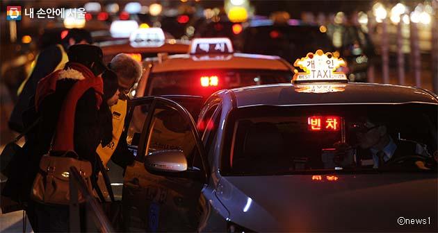 승객을 기다리는 택시 모습