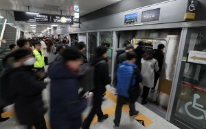 지난해 12월 연장 개통된 지하철 9호선 석촌역을 이용하는 시민들