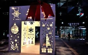 서울시청사 앞에 세워진 선물상자 작품