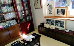 함석헌 선생이 사용하던 책상과 소장했던 책, 생활용품들이 보존되어 있다