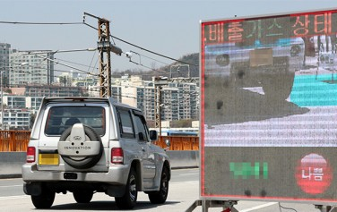 자동차 배출가스 단속 모습. 자동차 배출가스 측정결과가 전광표시판에 나타나고 있다.