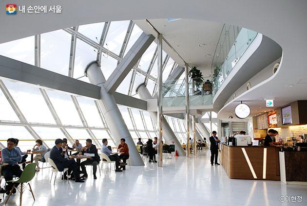 서울시청 9층 하늘광장에 위치한 '행복플러스카페'