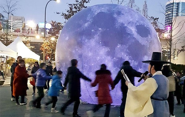 '서울에 떨어진 달'을 중심으로 강강술래를 하는 시민들