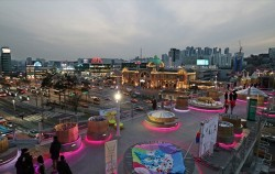 서울로 수국식빵 옥상에서 바라본 서울역과 만리동 저녁 풍경. 서울로는 서울의 야경 명소로 꼽힌다.