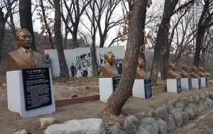 근현대사기념관 가는 길. 14명의 순국선열·애국지사 흉상이 놓여있다.