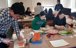 참가자들이 연어비빔밥을 만들고 있다
