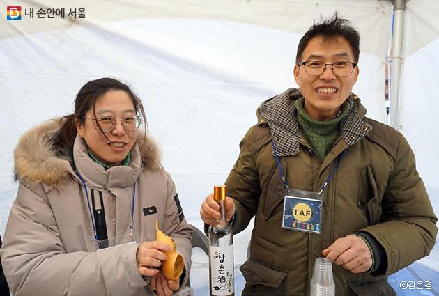 오늘 축제에서 귀밝이술 시음회를 담당한 마을축제기획단 노문이·박병희 부부