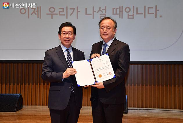 '제로페이 홍보대사' 위촉장을 수여하고 있는 박원순 시장
