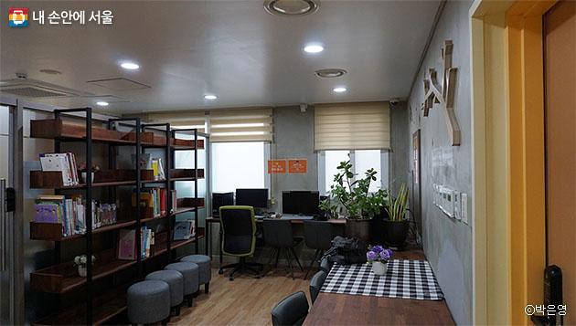 정보검색과 독서를 할 수 있는 2층 휴카페