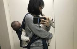 아기와 강아지를 데리고 나가고 싶은 엄마