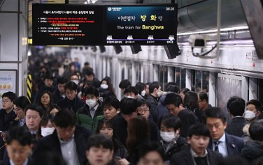 미세먼지가 심한 날, 지하철을 이용하고 있는 시민들