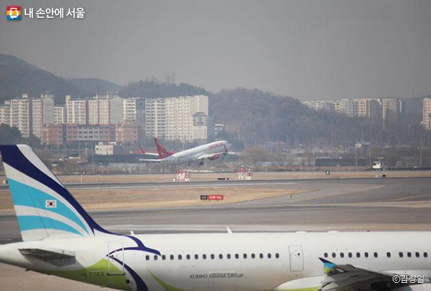 공항 전망대에서 항공기 이착륙을 구경할 수 있다
