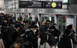 출근 시간, 지하철을기다리는 시민들