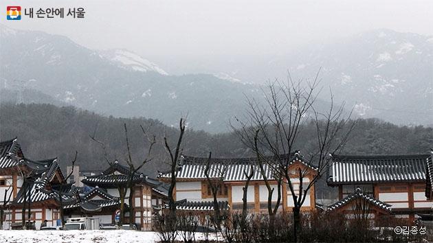 북한산을 배경으로 자리한 은평한옥마을