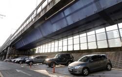 고가도로 아래를 노상주차장으로 활용한 예. 서울시는 주택가 주차난 완화를 위해 도로변 노상주차장을 확충하고 있다.