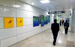 여느 지하철역과 다르게 광고 대신 예술작품들로 채워진 신설동역
