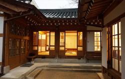 비 내리는 늦은 오후, 홍건익 가옥에선 방마다 은은한 불빛이 새어 나왔다