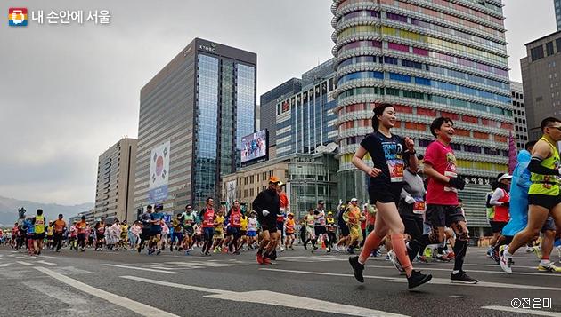 3월 17일 서울국제마라톤대회가 광화문광장 ~ 잠실경기장 일대에서 열렸다