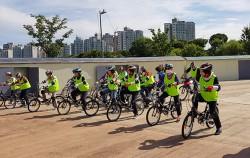 자전거 교육을 받는 성인 교육생들
