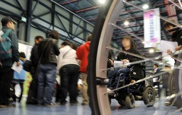 서울시는 휠체어 이용자 등 교통약자를 위해 저상버스 예약 시스템을 도입했다.