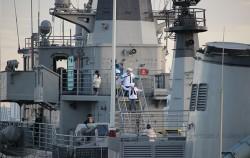해군복을 입고, 서울함을 관람중인 어린이들의 모습