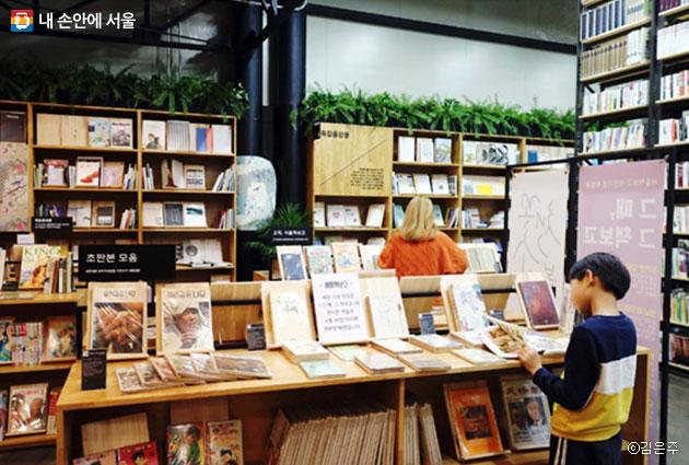 서울책보고는 남녀노소 누구나 와서 즐길 수 있는 복합문화공간이다