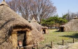 서울 암사동 유적의 복원 움집