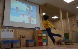 스마트 체육관에서 신체활동을 하고 있는 아이