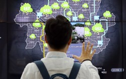 지난해 8월 '2018 대한민국 소프트웨어대전'에서 선보인 '서울시 디지털 시민시장실'을 체험해보는 시민