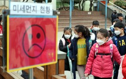 초등학교 학생들이 마스크를 착용하고 하교하고 있다