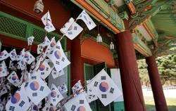 효창공원에는 독립운동가 7인의 영정을 모시고 있는 의열사가 있다