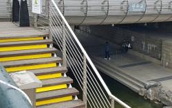 안전안심 디자인으로 갈아입은 청계천, 올라가는 계단마다 노란 선을 입혀 선명하게 눈에 들어왔다.