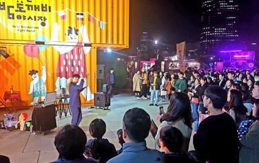 여의도한강공원 밤도깨비 야시장에서 진행된 마술공연을 관람하는 시민들