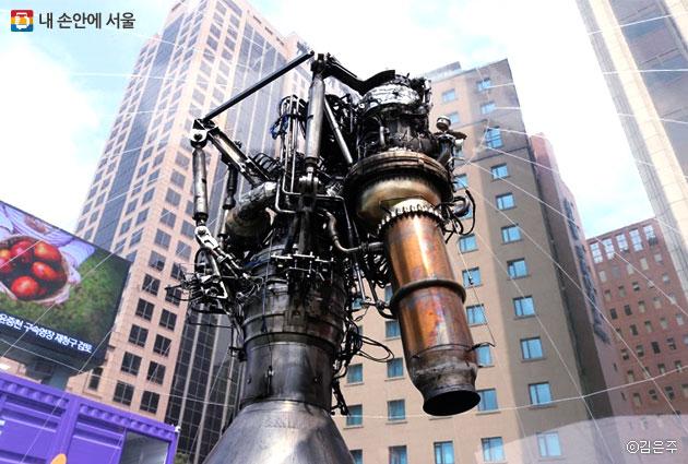 한국항공우주연구원이 설치한 돔 내부에서 75톤급 액체 엔진의 실물을 확인할 수 있다