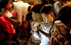 반딧불이를 관찰하는 어린이