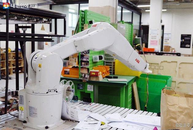 산업용 로봇팔 작동법을 배워보고 체험해 볼 수 있다