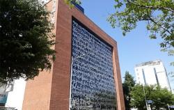 전태일 기념관 전면은 전태일 열사가 직접 쓴 자필편지로 장식되어 있다