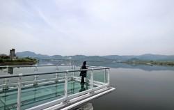 춘천역 뒤에 있는 의암호와 스카이워크의 풍경 춘천은 호수가 있어 더욱 아름다운 도시다.