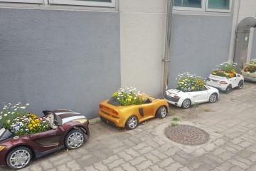 혁신센터 앞 재활용 장난감 꽃 자동차