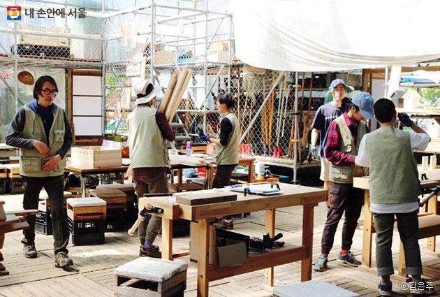 비전화공방에서 제작자들이 비전화제품을 만들고 있는 모습