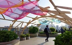 서울로7017에 멋진 햇빛가림막이 드리워져 있다.