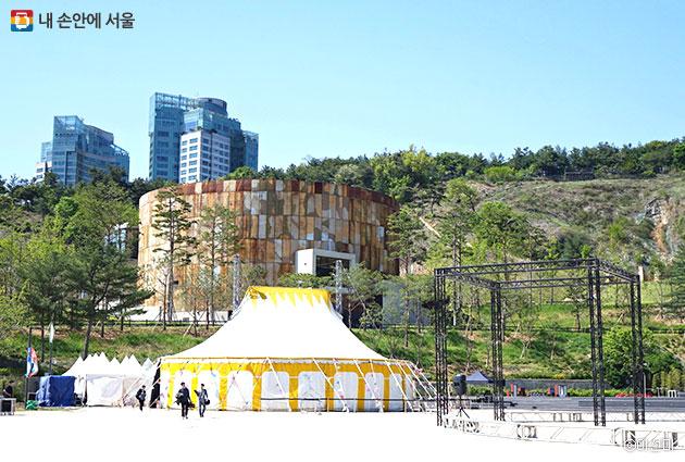 `왔어요 왔어요 서커스가 왔어요` 문화비축기지 마당에 설치된 대형천막에서는 300명까지 공연을 즐길 수 있다
