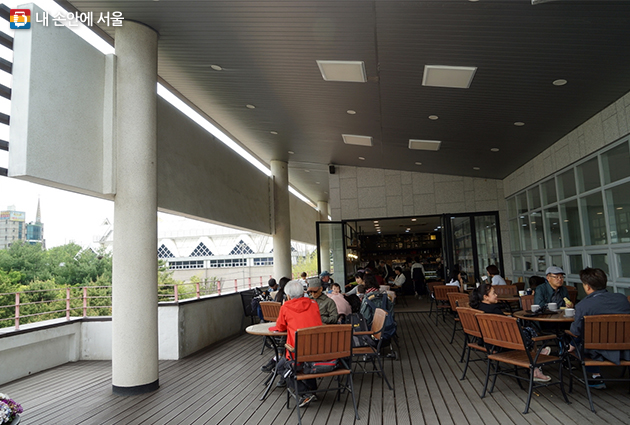 서울창포원 안내센터 2층 북카페