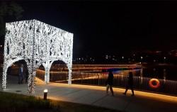 서울식물원 야경을 즐기면서 산책하는 시민들 모습