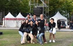 서울거리예술축제를 직접 준비한 시민 자원활동가들. 올해도 자원활동가 '길동이'를 모집 중이다.