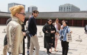 창덕궁에서 외국인들이 서울문화관광해설사의 설명을 듣고 있다.