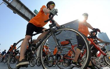 자전거를 타고 도심을 달리는 사람들
