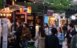 서울시는 남대문시장에 쇼핑도 하고 먹거리도 즐길 수 있는 '푸드트럭 특화거리'를 조성한다.