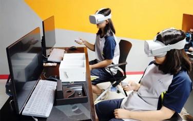 '시립노원청소년직업체험센터' VR랩에서 체험하고 있는 학생들