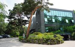 서울국유림관리소 건물 뒤로 보이는 삼태기 숲